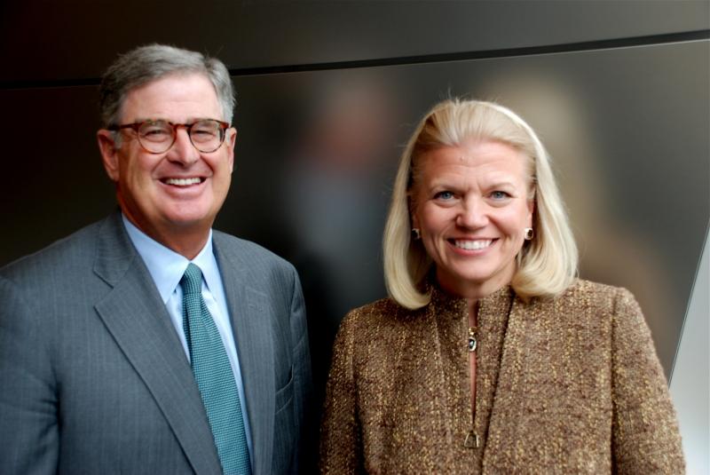 2012年1月に米IBMの社長兼CEOに就任するVirginia M. Rometty氏(右)と、現会長兼社長兼CEOのSamuel J. Palmisano氏(左)