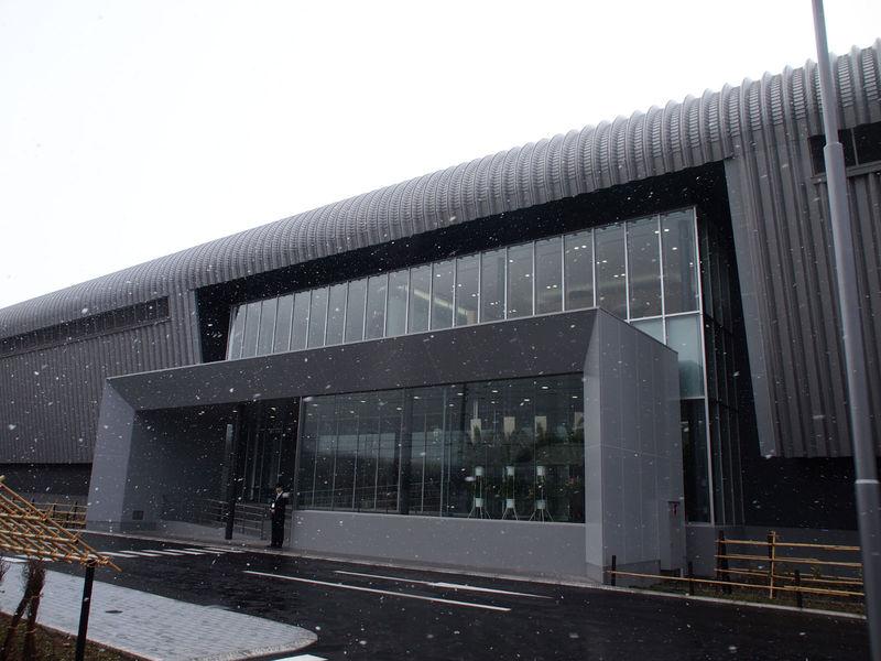 データセンターの入口。札幌の中心部は晴天だったが、車で約30分の石狩では雪が降っていた