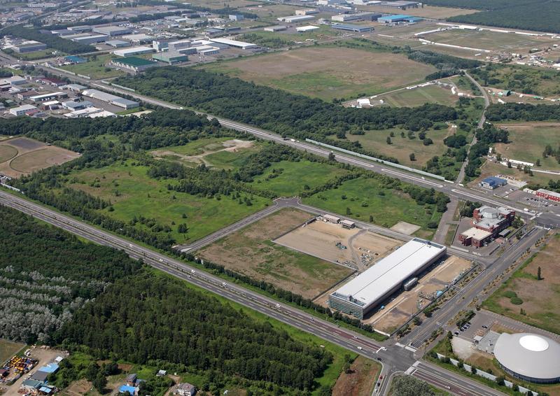 航空写真(さくらインターネット提供)。右下にデータセンターの建物があり、周囲を道路で囲まれた部分が、さくらインターネットの土地だ。周辺にも十分な空き地がある