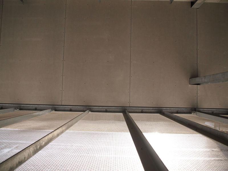外気の取り入れ口を建物の中から見下ろしたところ