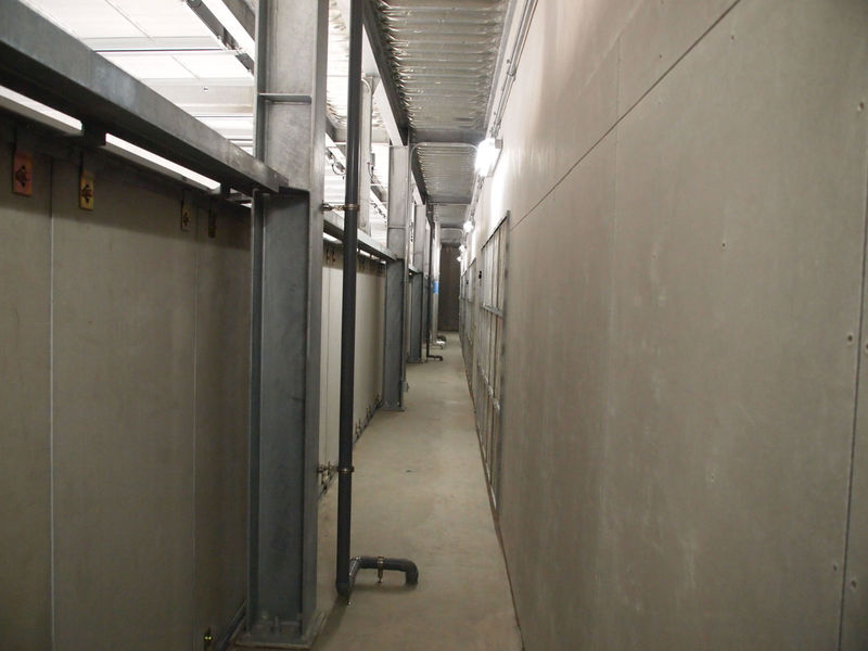 左側が上の写真の外気の取り入れ口、右側がチャンバールーム。外気の取り入れ口との間に壁があるのは、積雪対策なのだそうだ