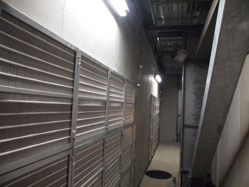 チャンバールーム。左の壁側が、上の写真のフィルターの内側。天井側に空調機があり、暖気と混合される