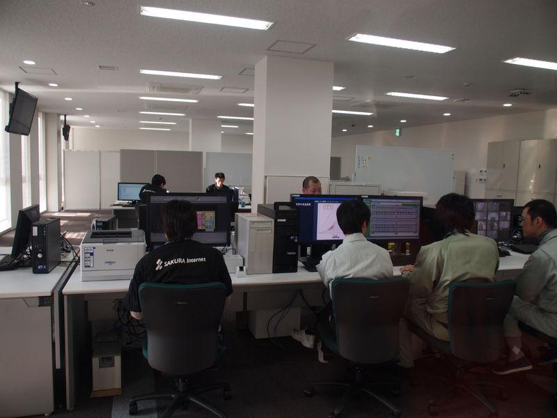 監視センターでサーバーやネットワークをチェックして、さくらのクラウドを支えるスタッフの皆さん