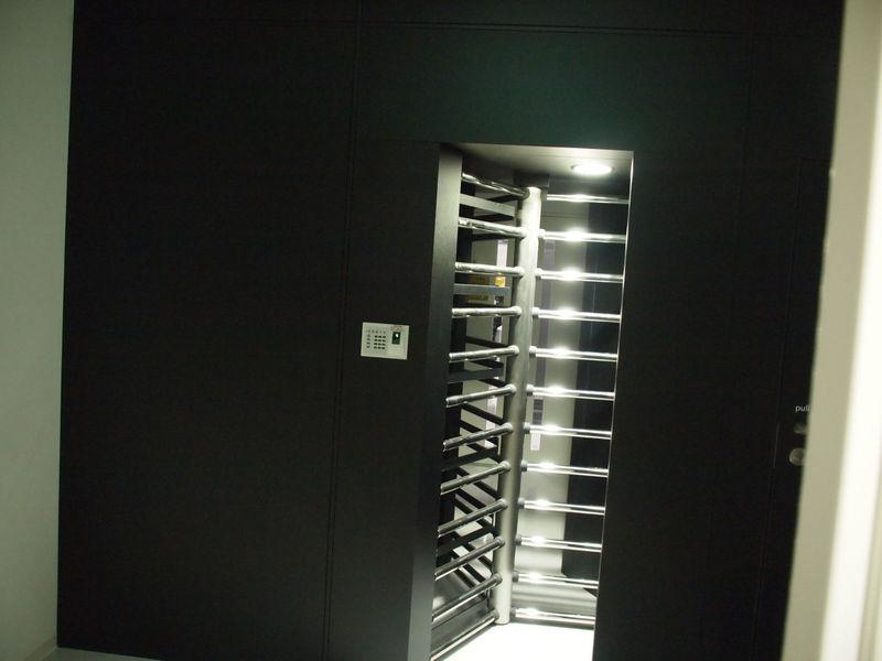 サーバールームのあるエリアに入るためのゲート。生体認証とカードキーの2つをパスしないと入れず、1人ずつしか入れない