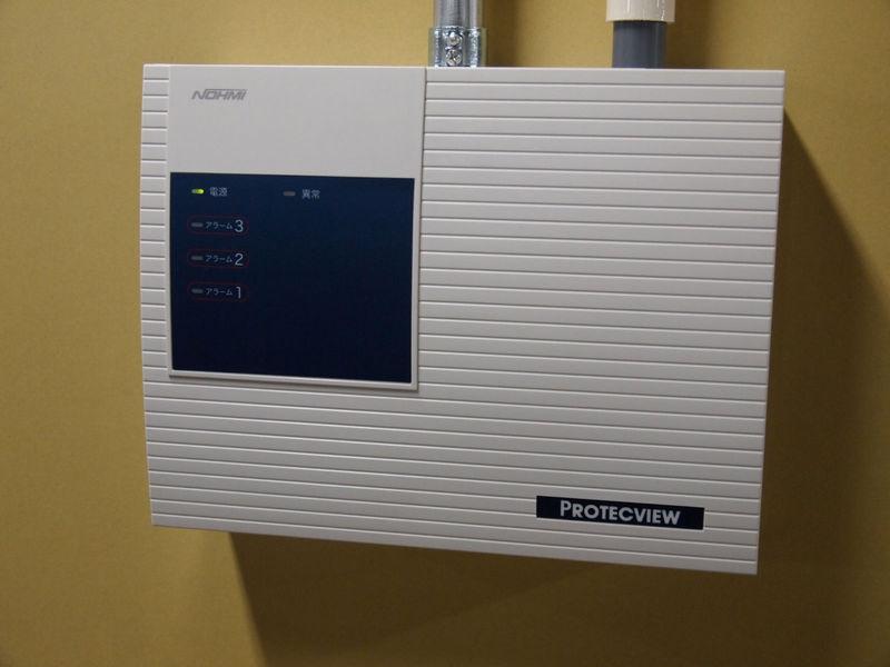 火災警報器。かつて新宿のデータセンターでトランスの事故が起きたときに対応が遅れた反省から、高感度のものを使っているのだそうだ
