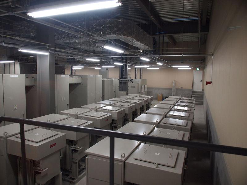 北海道電力から66000Vで受電する特高電気室。危険なので中には入れず、ガラス越しの撮影