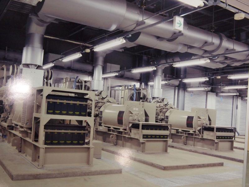 停電時に稼働する発電機(写真パネルを撮影)。1台で1つのサーバールームをまかなう