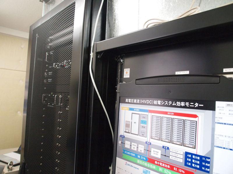 AC400VをDC320Vに整流するPSラック(左)と、分電盤およびバッテリーのPDUラック(右)。UPSに比べてだいぶ小さく、サーバーラックと隣接して置け、停電時にも切り換えなしでそのまま電力を供給できる
