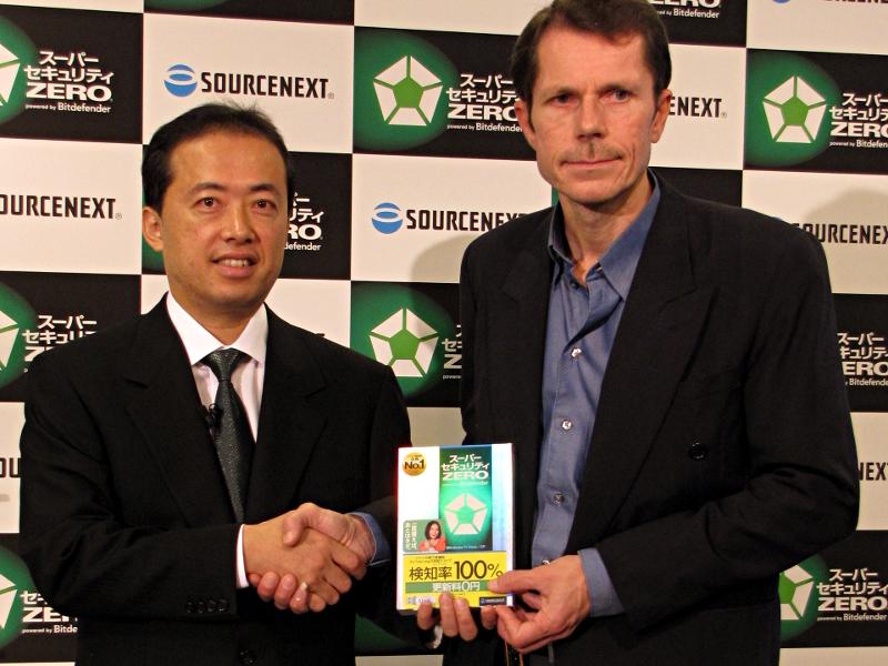 ソースネクストの松田憲幸氏(左)とBitDefenderのPeter Laakkonen氏