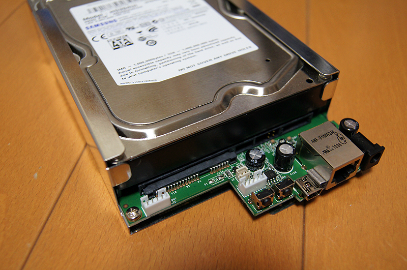 基板にHDDを装着。ネジで固定する