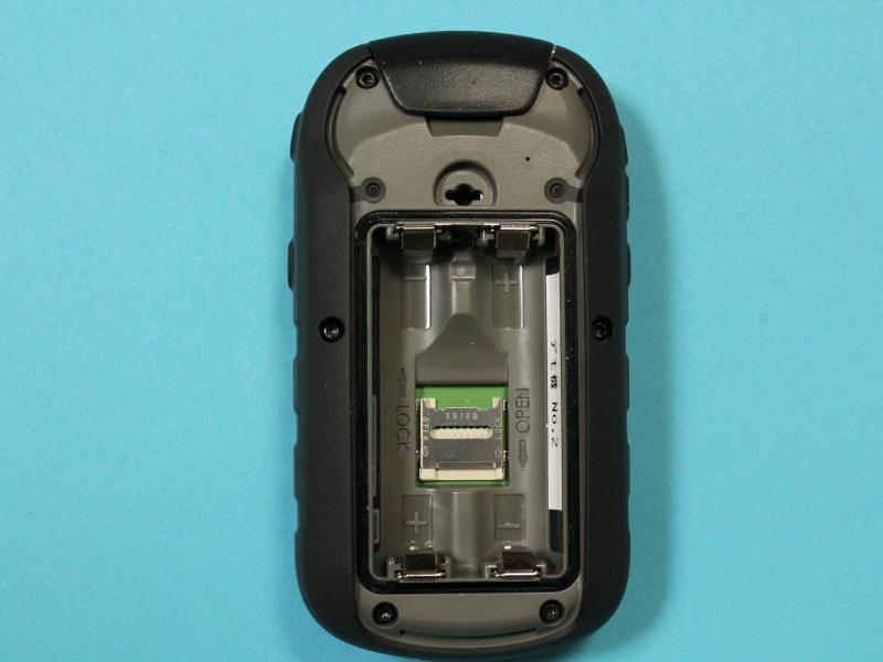 電池の奥にmicroSDカードスロットがある