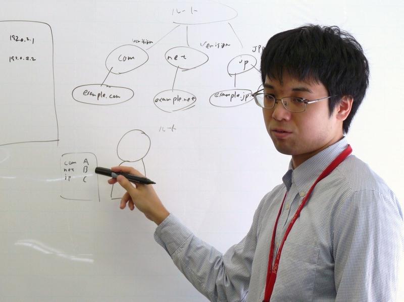 JPRSは、「.jp」のレジストリとして「.jp」を止めないようにしっかり運用して行くのはもちろんのこと、インターネットを安定させるためのさまざまな活動も行っています。まず、インターネットの仕組みを作る側への働きかけとして、インターネット技術の標準化を推進する団体「IETF(Internet Engineering Task Force)」や、インターネットの各種資源を全世界的に調整することを目的とした組織「ICANN(Internet Corporation for Assigned Names and Numbers)」への参画を通じて、技術標準や運用、ポリシー策定にかかわっています。その成果として、「国際化ドメイン名(IDN)」が国際規格となり、IPv6やDNSSECなどといった新たな技術への対応も進んでいます。