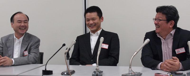 左からソフトバンクグループCEO 孫 正義氏、ヤフーの新CEOとなる宮坂 学氏、ヤフーの現社長兼CEO 井上雅博氏