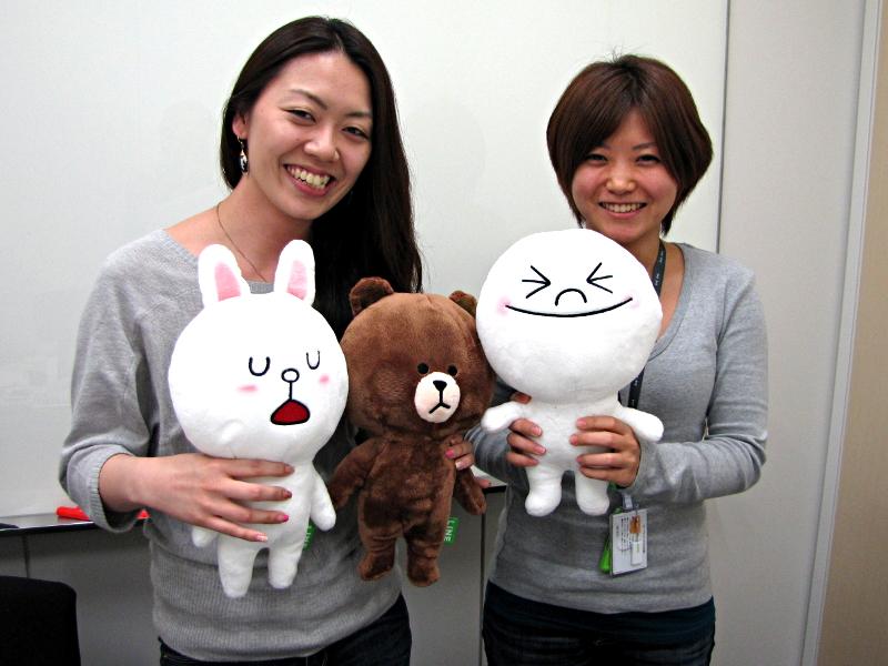 社員でも入手できないというLINEスタンプのぬいぐるみを手にするLINE企画者の稲垣あゆみさん(左)とNHN Japan広報の金子智美さん。LINEスタンプのぬいぐるみを100人にプレゼントするTwitterキャンペーンを実施したところ、1万人弱の応募があったという