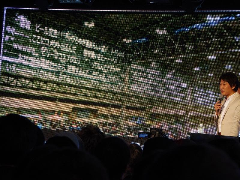 展示ホール上部にはユーザーのコメントを表示する予定