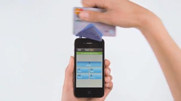 PayPal Hereのデモ動画が公開されている。これは、クレジットカードをスキャンするところ