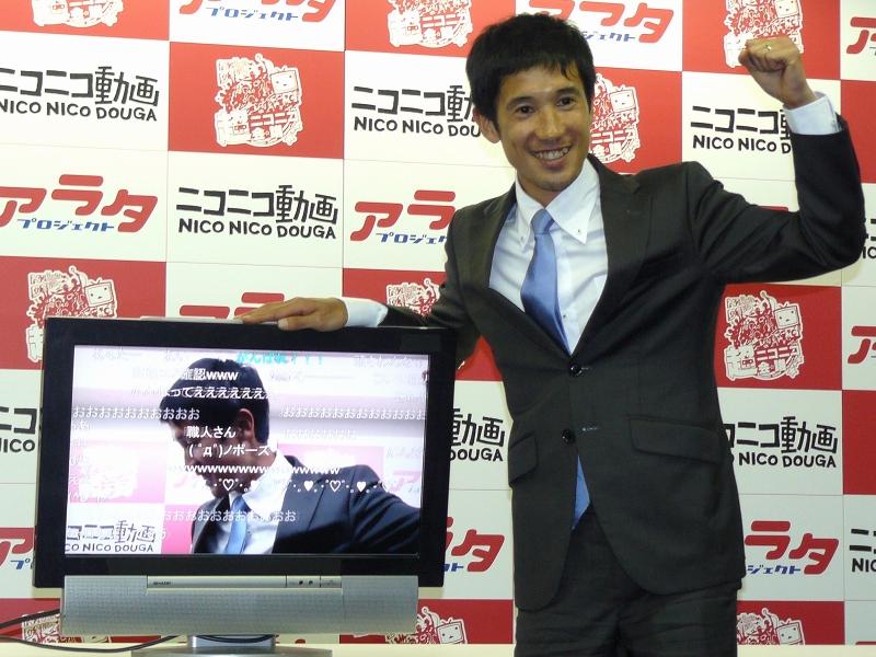 報道陣の注文に対し、にこやかにポーズをとる藤原選手