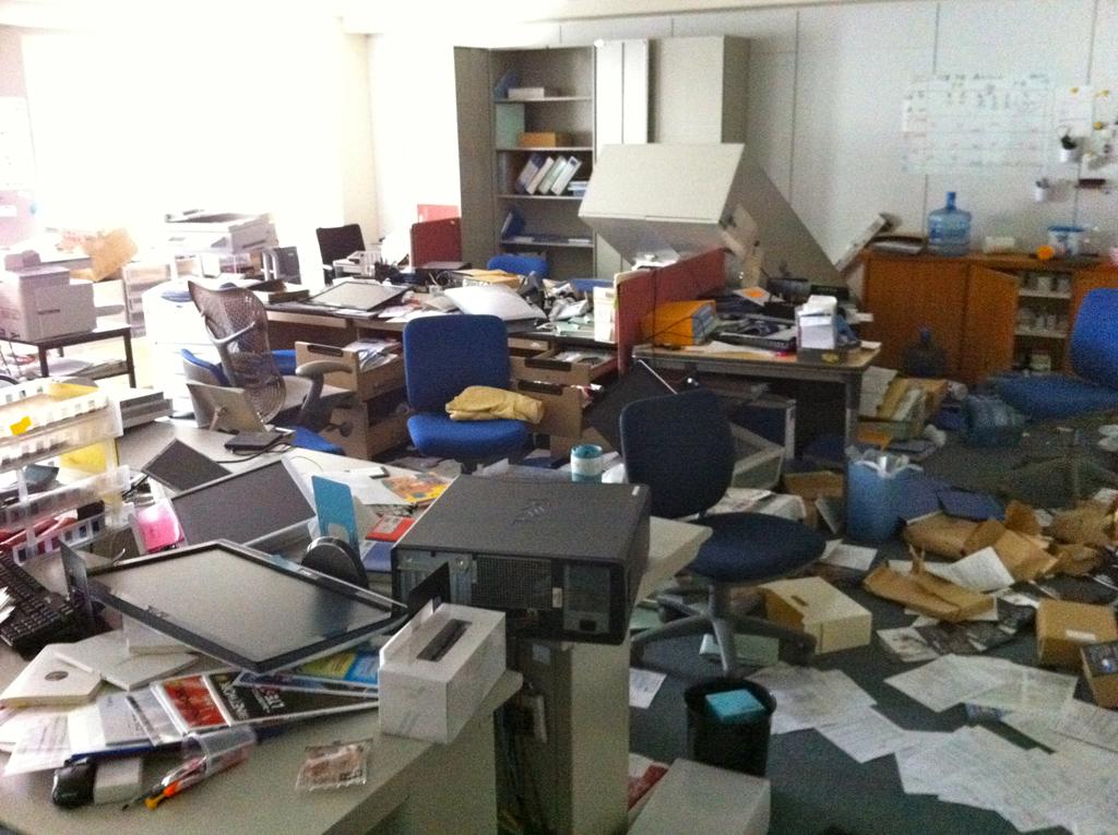 地震の後、トライポッドワークス(仙台市)のオフィス