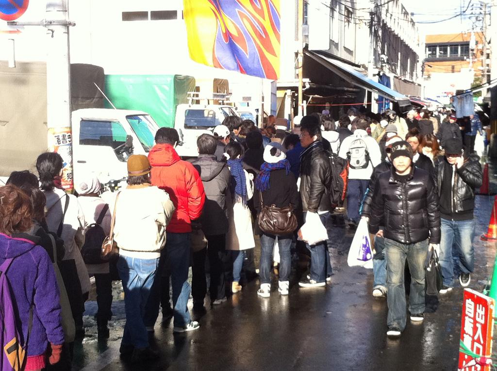 震災1週間後の仙台駅前の朝市の様子