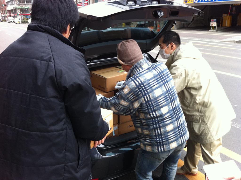 3月14日(月)に社員の自家用車で製品を運び出す様子
