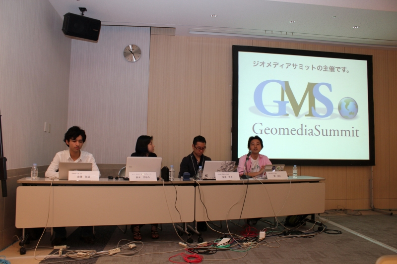 (左から)安藤拓道氏、鈴木まなみ氏、福島啓吾氏、関治之氏