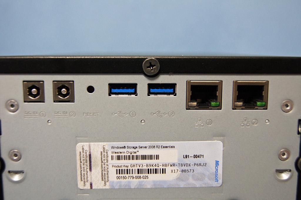 LANだけでなく電源も二重化可能。標準のACアダプタは1つなので、二重化する場合はオプション品の購入が必要