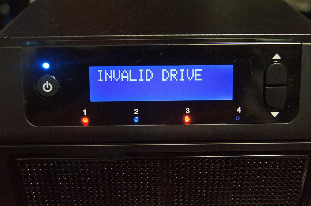 同じく非対応のHDDを装着した場合、全面のパネルにINVALID DRIVEと表示される