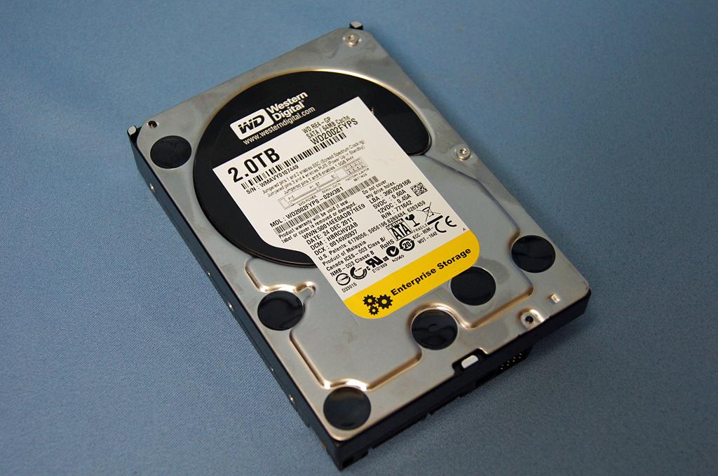 標準で搭載されているHDDはWestern Digital製のWD2002FYPS。企業向けの高耐久性の製品となっている