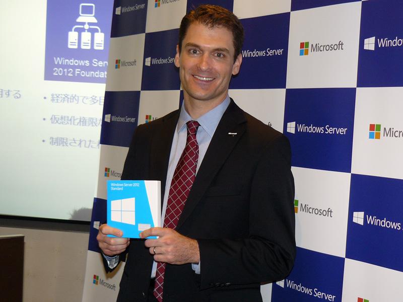 Windows Server 2012のパッケージを手にする、日本マイクロソフト 執行役 マーケティング&オペレーションズ ゼネラルマネージャーのマイケル・ビール氏