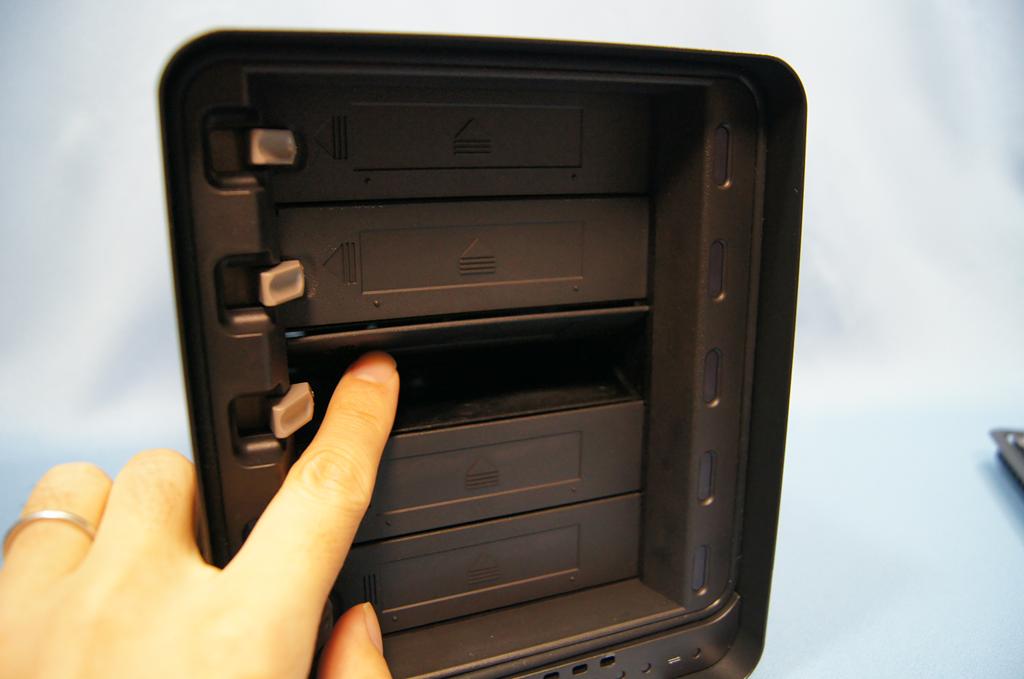 HDDベイはカートリッジレスで直接装着するタイプ