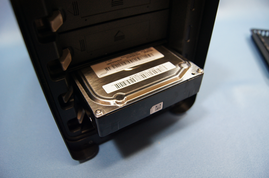 HDDは脇のロックで固定する。押すと簡単に飛び出てくるので運用に注意