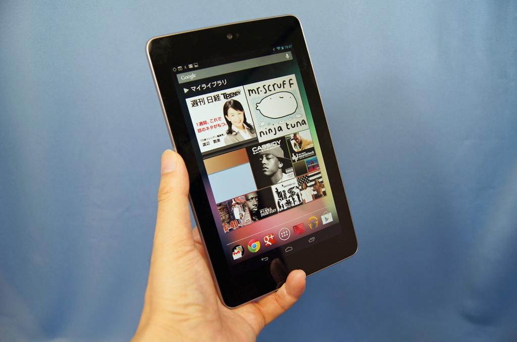 """Googleから発売された7インチタブレット<a href=""""http://www.google.co.jp/nexus/#/7"""">「Nexus 7」</a>。持ちやすく軽いサイズでありながら、見やすく実用的な液晶を備え、しかも安いというお買い得な製品"""