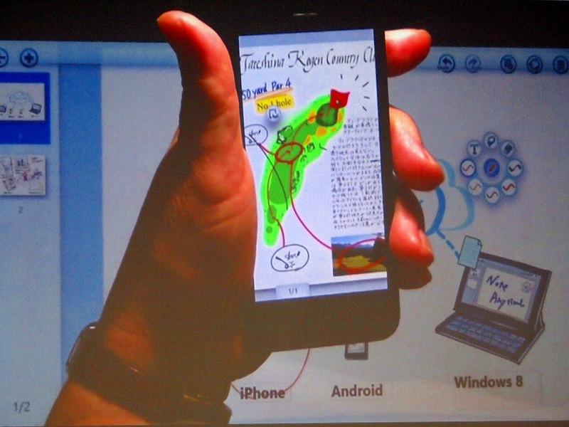 iPhone 5のデモ。上下に黒い帯が表示されることなく、フィットした画面表示になっている