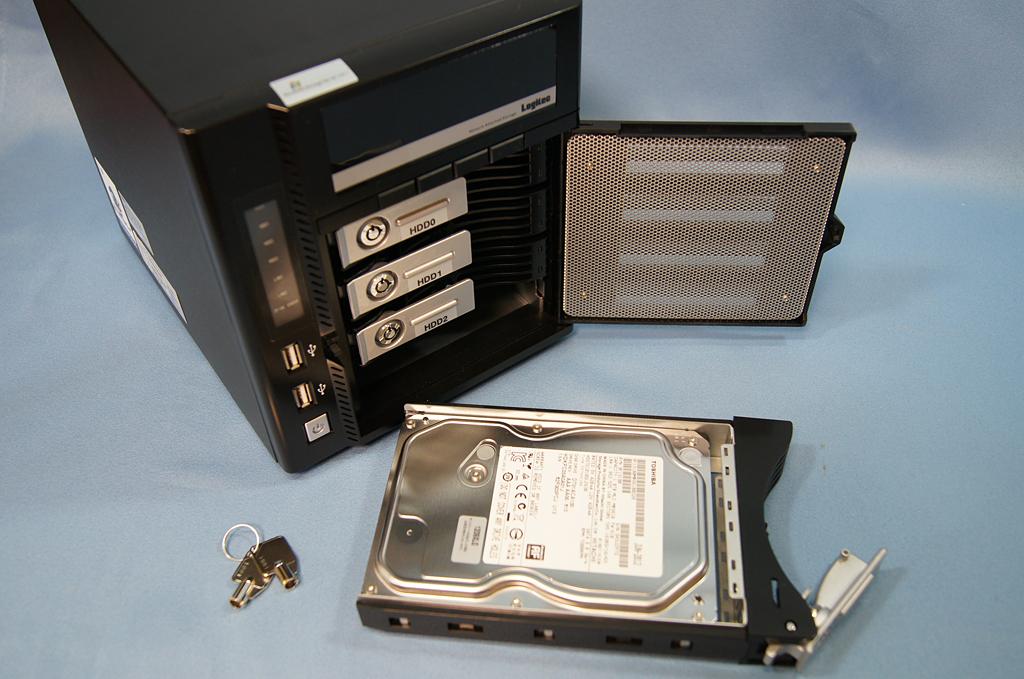 HDDは東芝製1TB×4を搭載。システムがRAID1、データがRAID5で構成される。ホットスワップにも対応