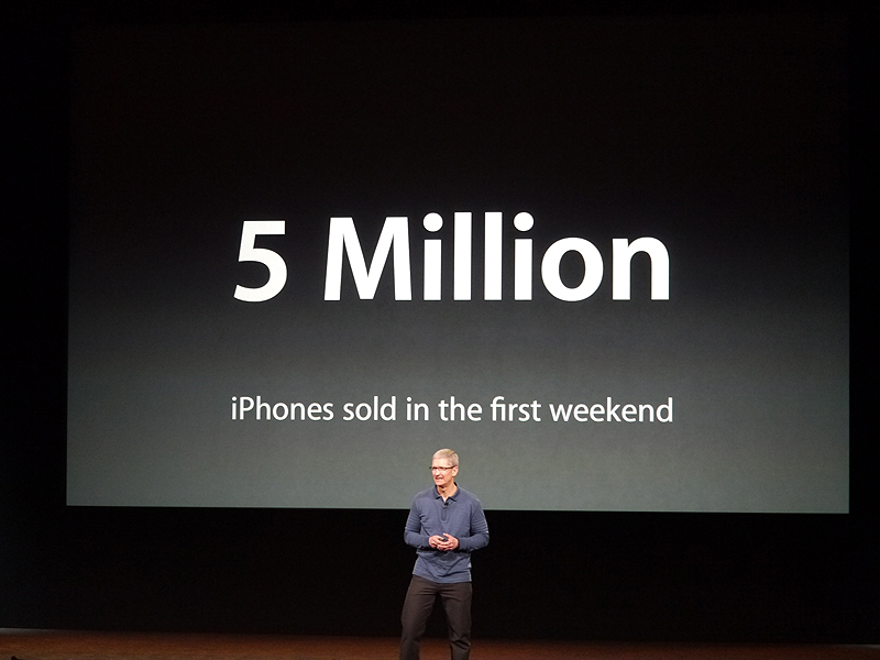 ティム・クックCEOは、冒頭にiPhone 5の発売後、最初の週末に販売台数が500万台に達したと報告。電話の歴史的でもっとも早い実績であることを強調した