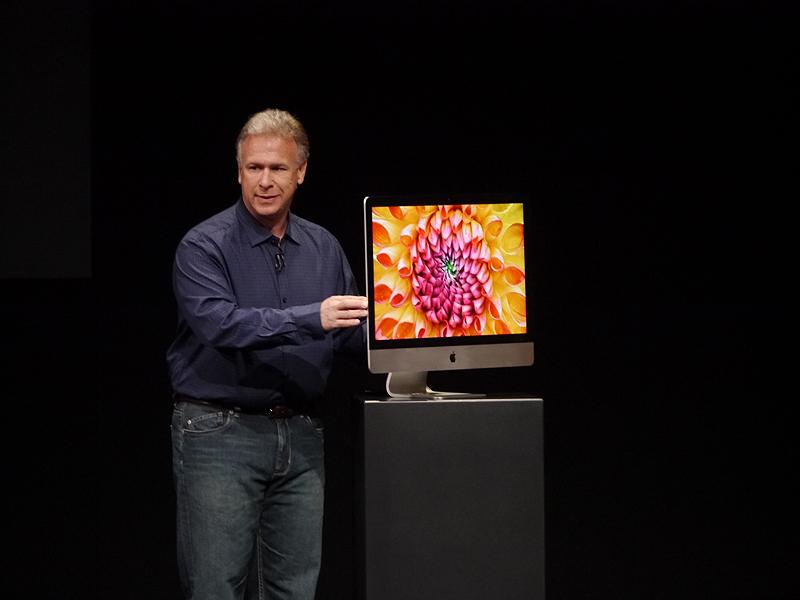 新たなiMacの薄さを示すフィル・シラー上席副社長。摩擦撹拌接合という方式を採用することで5mmという薄さを実現した