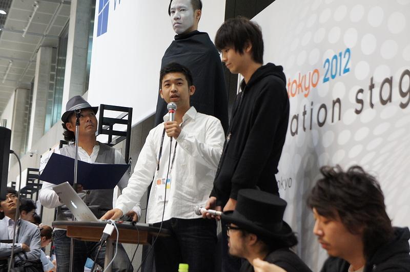 「THE モバイル革命」というテーマで講演した、よしもとクリエイティブ・エージェンシーの佐藤詳悟氏(左)、バイバイワールドの髙橋征資氏(右)