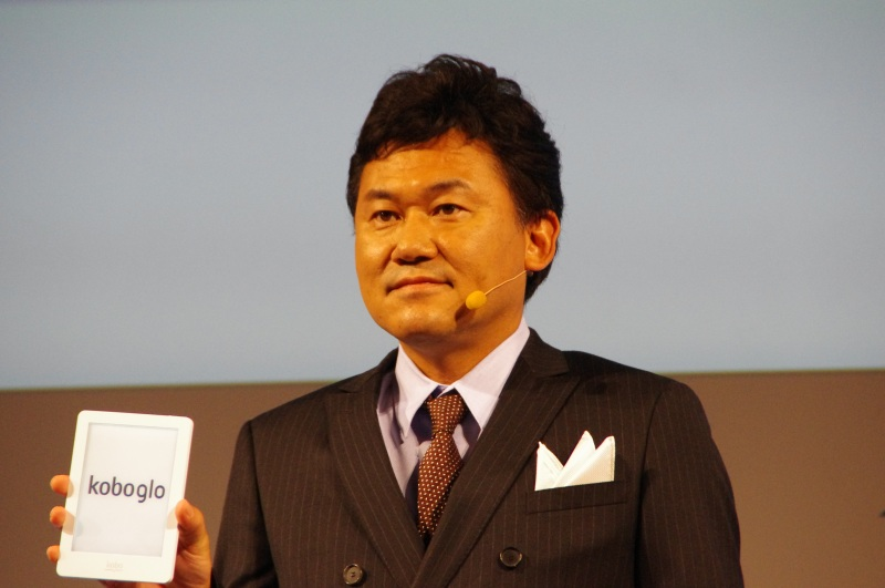 「kobo glo」を手に持つ三木谷氏