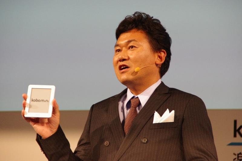 「kobo mini」を手に持つ三木谷氏