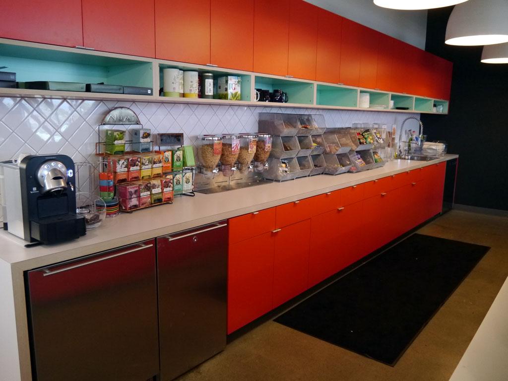 各フロアにキッチンが設置されている。飲み物やスナックは無料だ