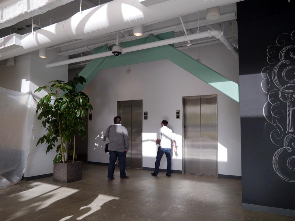 1階の入り口の様子。鉄骨などをわざとむき出しにしたデザインとしている