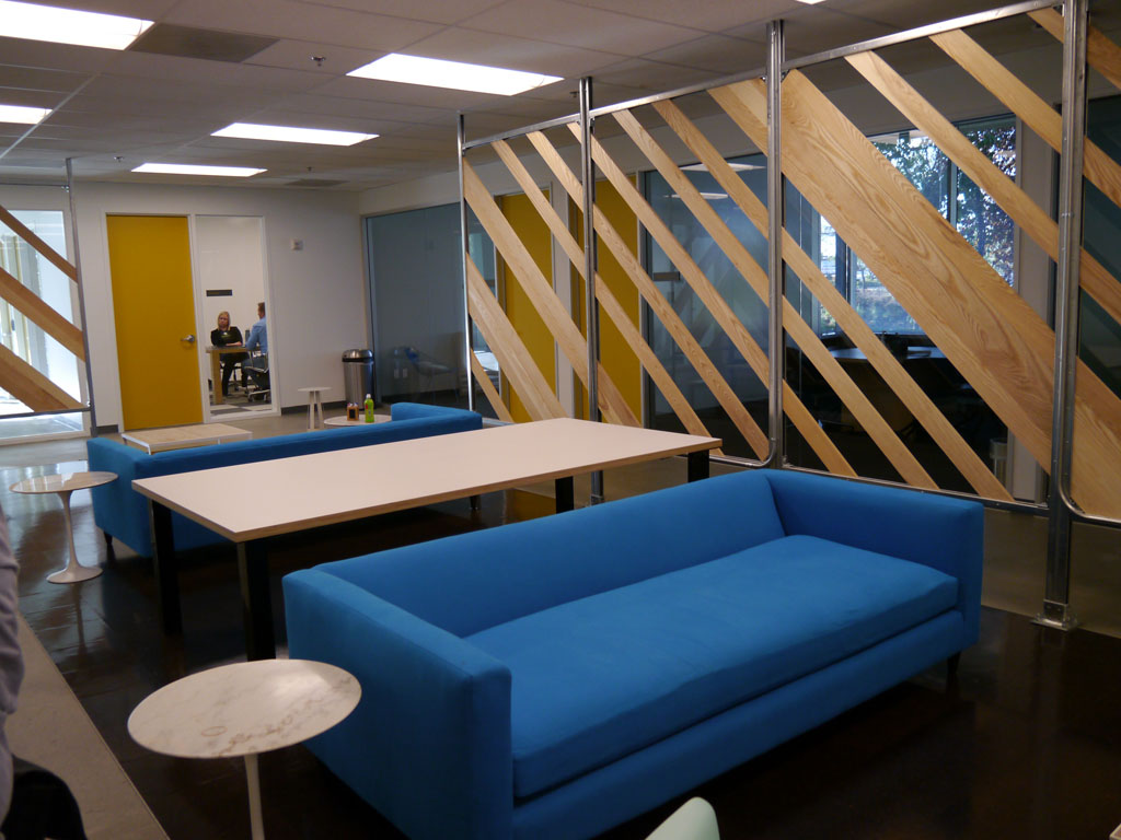 1階のミーティングルームの様子。開放的な雰囲気を持つ