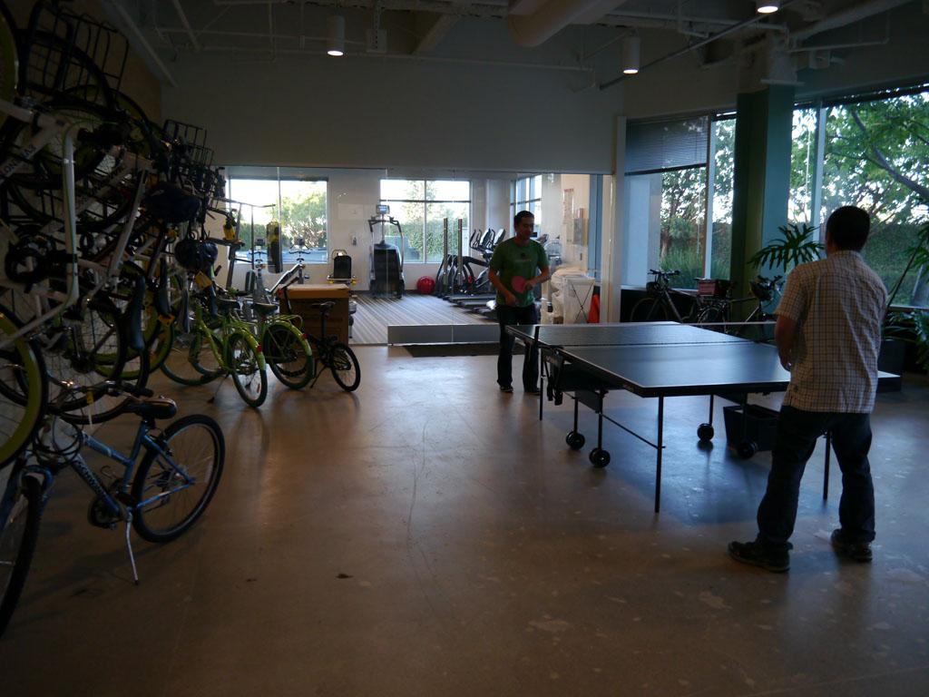 1階には社員が気分転換を図るための卓球コーナーや自転車通勤をしている社員のための自転車置き場がある