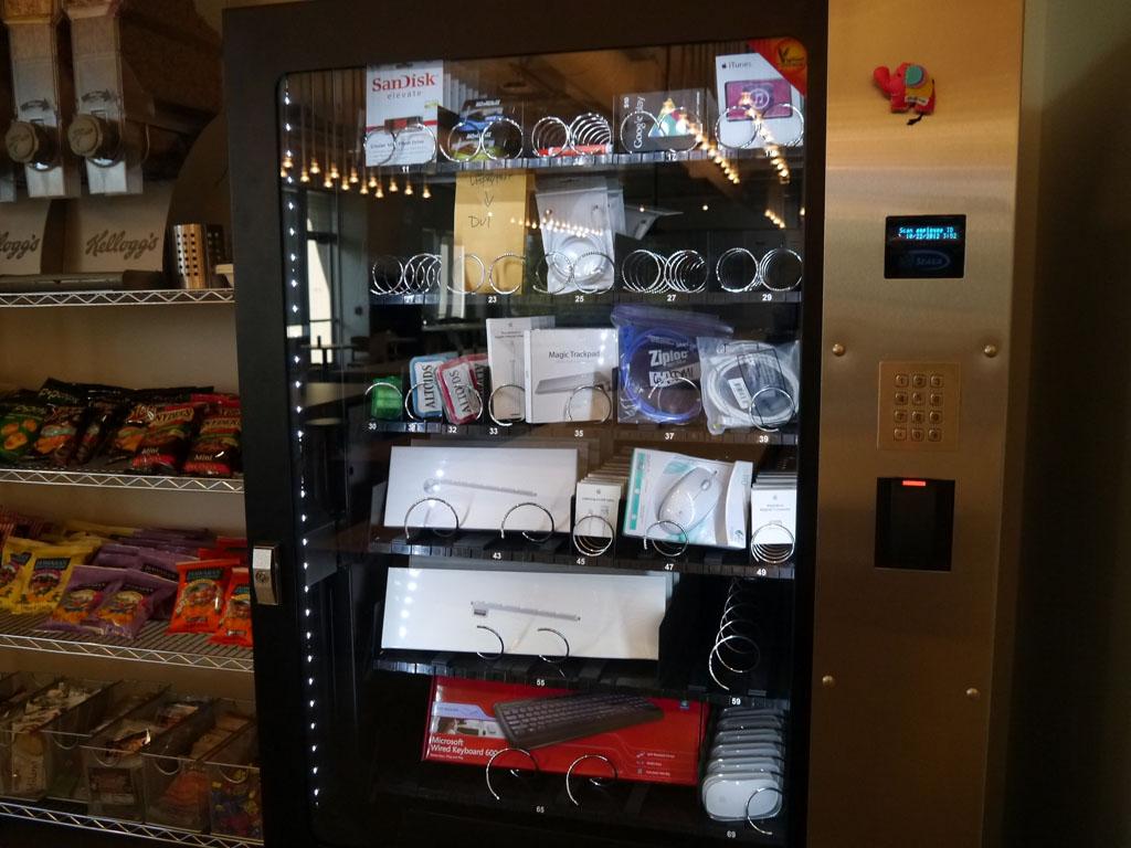 マウスやキーボードなどの備品が壊れた際には、社員のIDカードを使用して自動販売機から入手する
