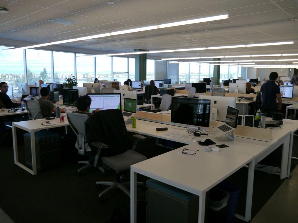 4階フロアの業務スペース。現在、約200人が勤務しているという。座席は自由