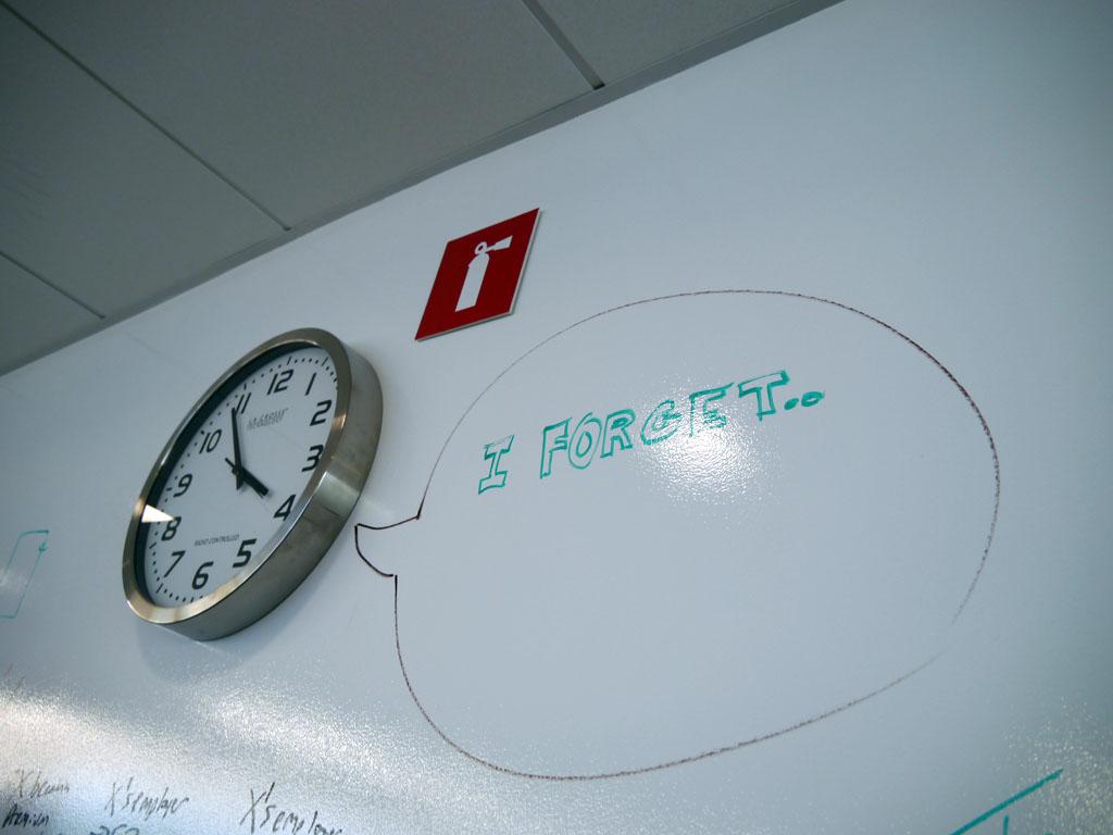 壁は業務で利用できるようにどこでも文字が書けるようになっている