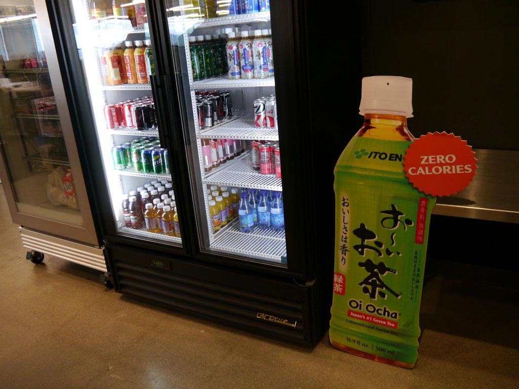 飲み物は自由に取ることができる。「おーいお茶」など日本のブランドも人気だ