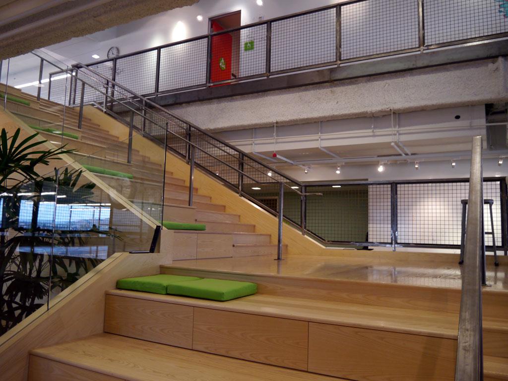 毎週木曜日午後4時に、この階段に全社員が集まってミーティングを行うという