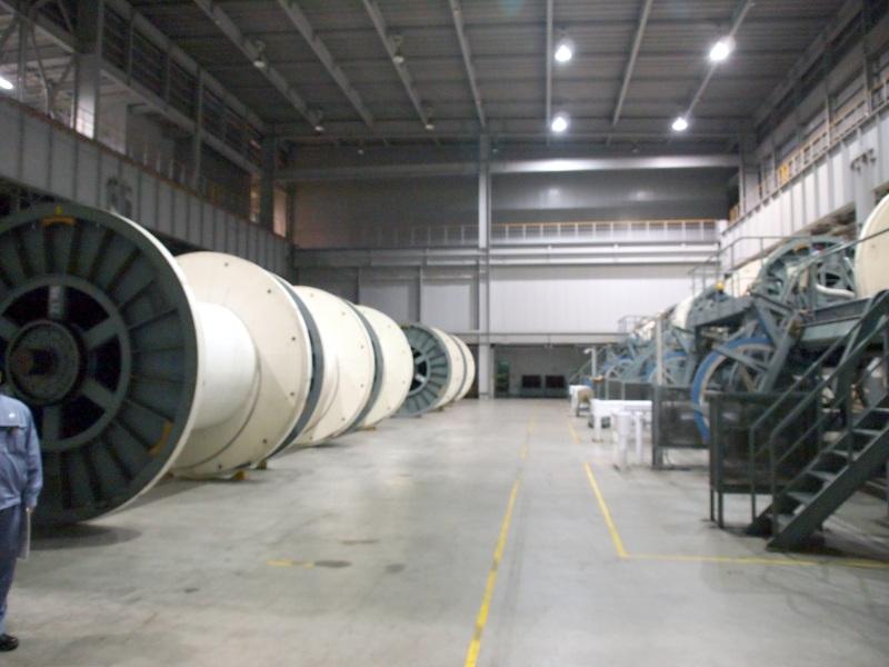 工場内には多数のドラムが並ぶ