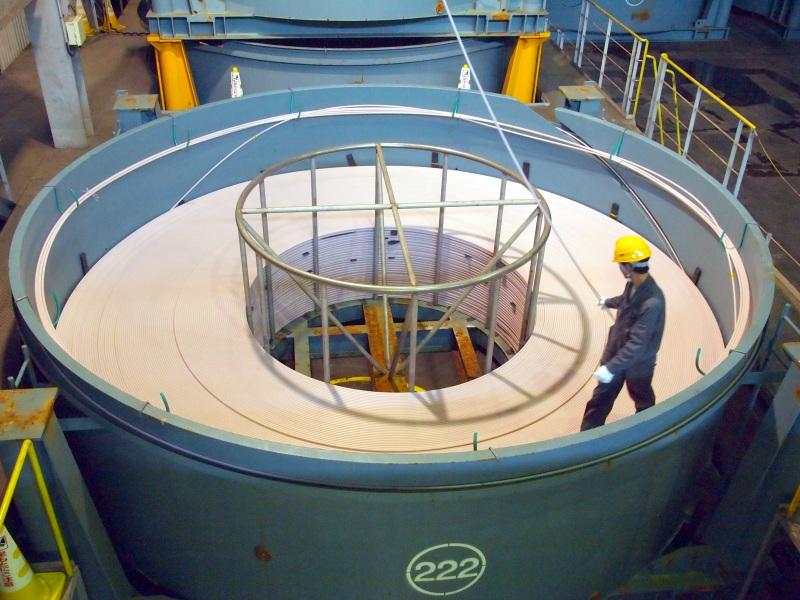 完成したケーブルをタンクに収める。この部分は手作業で、製造ラインから出てくるケーブルを正確に巻いていくのは「ベテランの作業員でないとできない仕事」とのこと